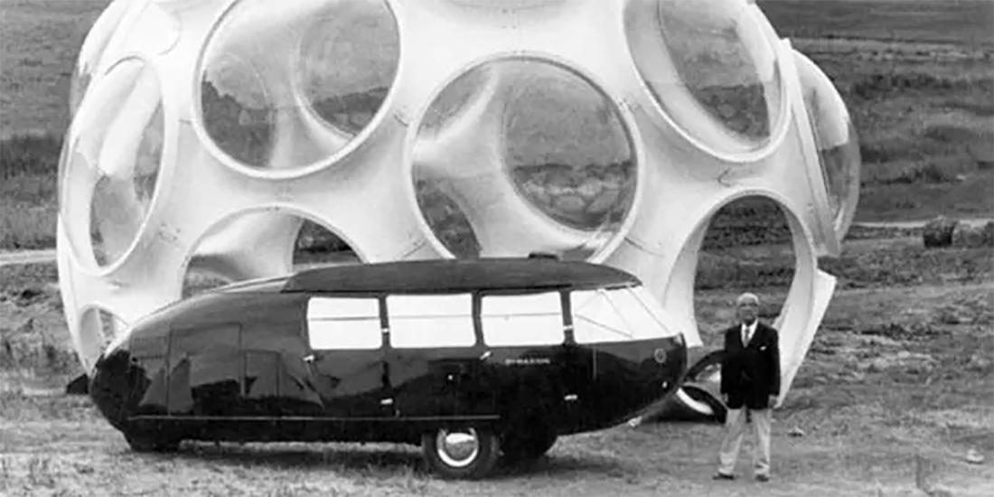 Buckminster Fuller ante el Dymaxion Car y el Fly´s Eye Dome durante su 85 aniversario en Aspen, 1980. © Roger White Stoller