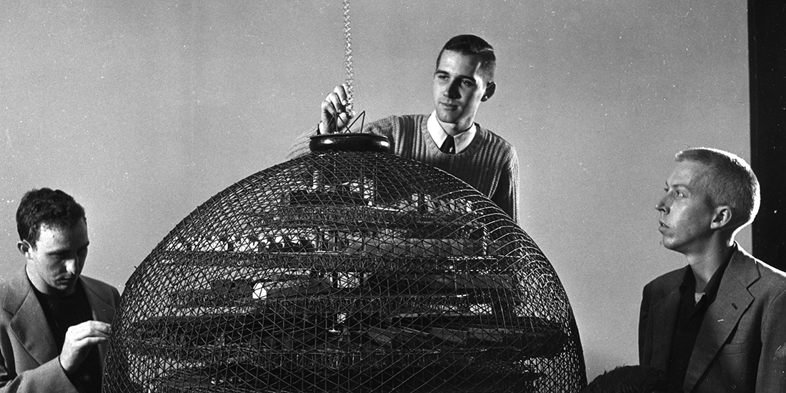 Estudiantes de diseño en clase de Buckminster Fuller conciben una fábrica textil geodésica, North Carolina State College, Raleigh, 1951 © Special Collections Research Center, North Carolina State University Libraries