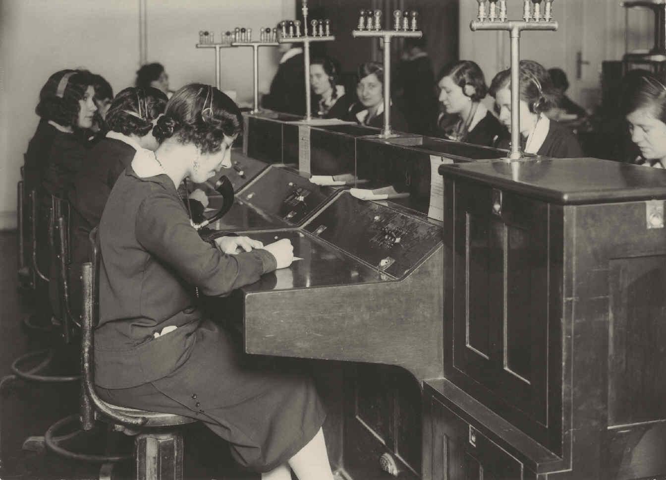 Resultado de imagen de telefonistas del edificio telefonica