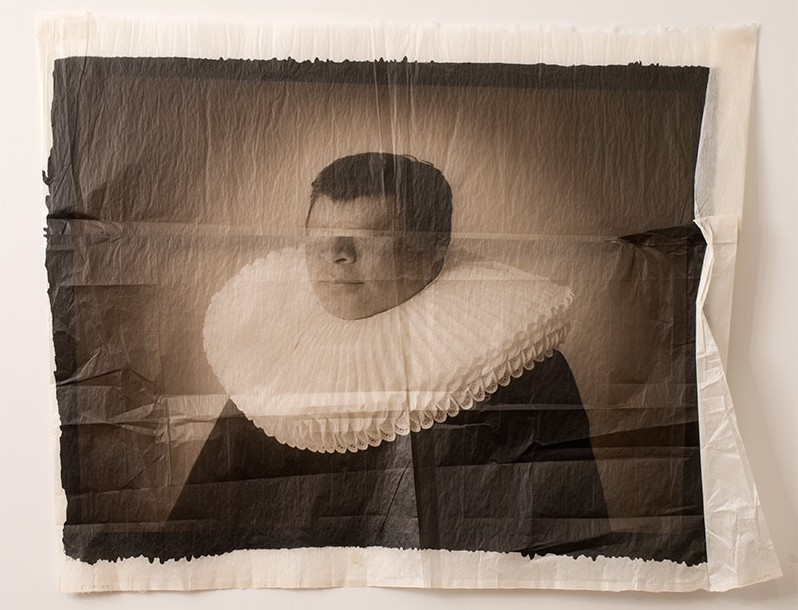 Luis González Palma. Guardaespaldas. De la serie Tu mirada me distorsiona sin saberlo (2009). Cortesía del artista.