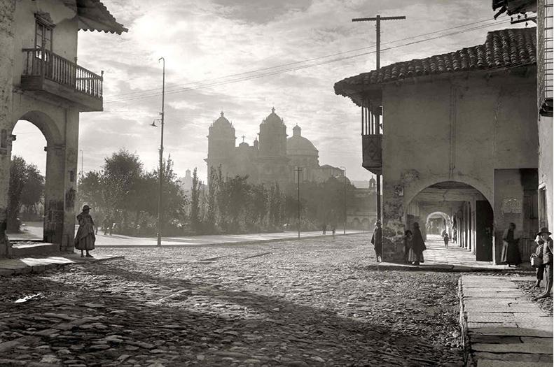 Amanecer en la Plaza de Armas (1925), Martín chambi. Colección Telefónica.