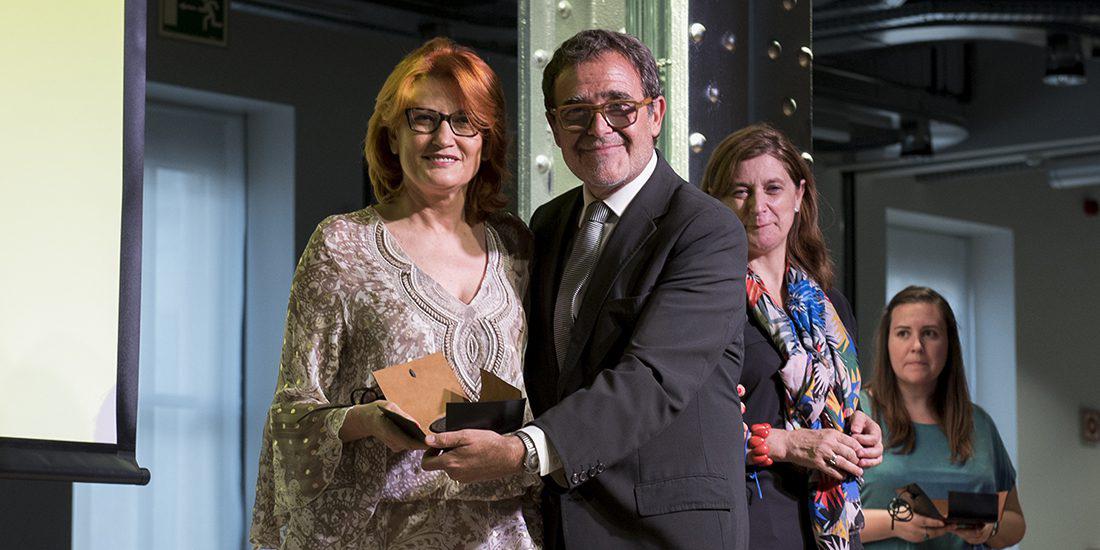 Almudena Bermejo, directora del Espacio Fundación Telefónica, recoge la medalla de la mano de Alberto Anaut, presidente de PHotoEspaña.