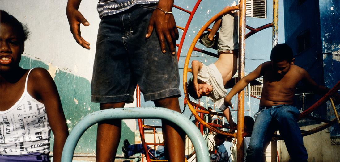 Alex Webb, Niños jugando en un patio de recreo. La Habana, Cuba, 2000 ©Alex Webb Magnum Photos