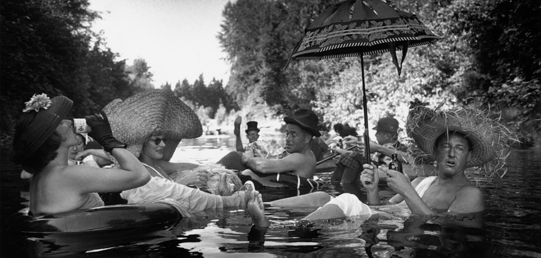 Burt Glinn Miembros de la Seattle Tubing Society a flote. Seattle_ Washington Estados Unidos 1953 ©Burt Glinn Magnum Photos