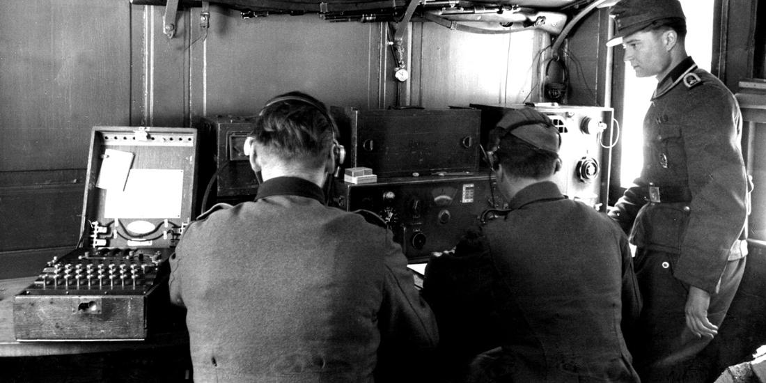 Las fuerzas alemanas dependían de las máquinas 'Enigma' para codificar y decodificar mensajes secretos transmitidos por la radio durante la Segunda Guerra Mundial. La máquina Enigma, a la izquierda. Foto cortesía de Helge Fykse, Noruega.
