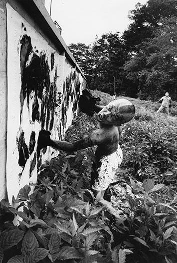 Boxer-painter, Ushio Shinohara, Tokyo 1961 ©William Klein