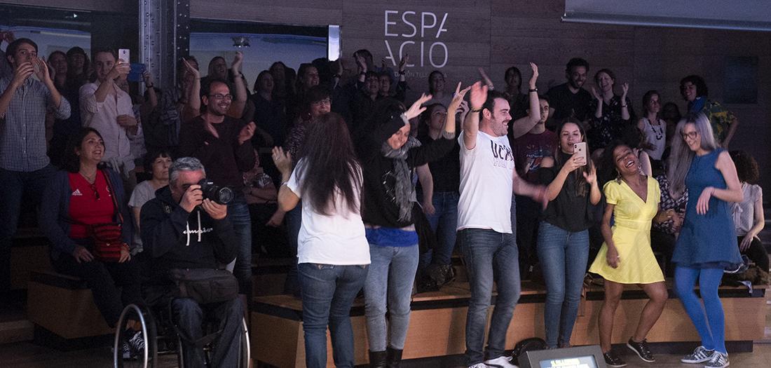 El público baila al ritmo de Carlinhos Brown