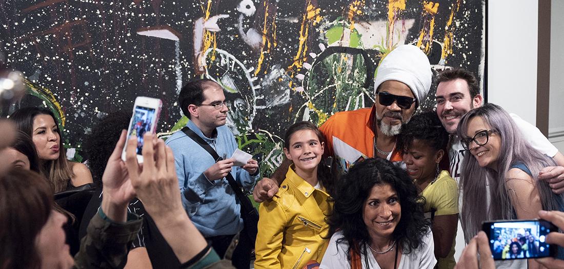 Carlinhos Brown con los asistentes a la performance