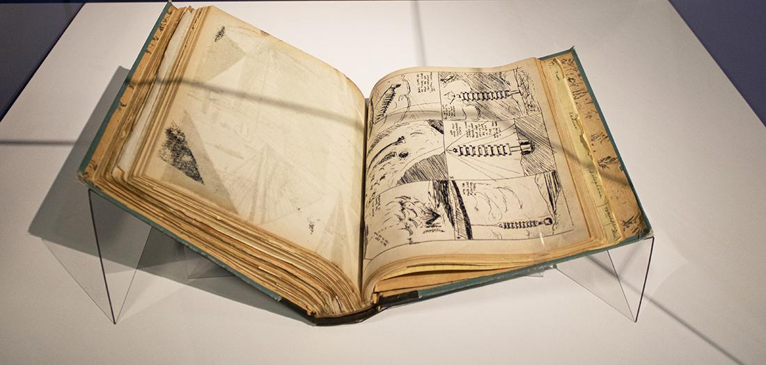 Considerado por muchos como el Leonardo da Vinci del siglo XX, en 1917, a los veintidós años de edad, Buckminster Fuller decide iniciar un experimento que duraría hasta su muerte, en 1983. Consiste en crear el archivo más detallado posible de la vida de una persona que, nacida a finales del siglo XIX, contempla la transformación del mundo a lo largo del nuevo siglo. Formado por más de 140.000 documentos entre cartas, notas, planos, folletos, billetes de avión y tren, etc. el archivo pretendía, en palabras de Fuller, registrar de manera exhaustiva la vida de un individuo común determinado a mejorar el mundo.